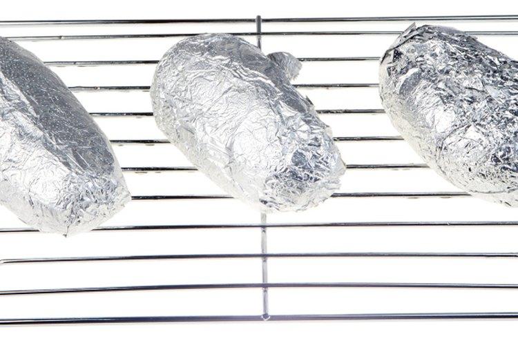 Usar papel de aluminio en un estante de horno está bien; usarlo en la base del horno no lo es.