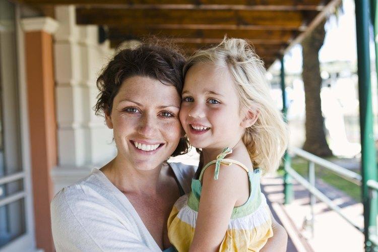Dale consejos tempranos a tu hija sobre el comportamiento adecuado.
