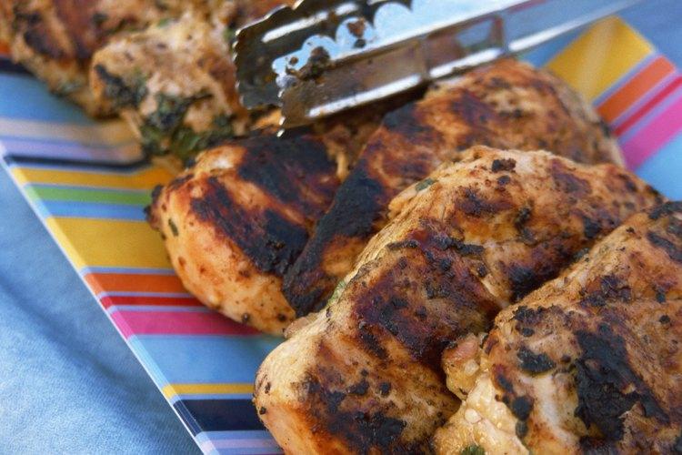 Sirve el pollo con diferentes aderezos para complacer a todos los invitados.