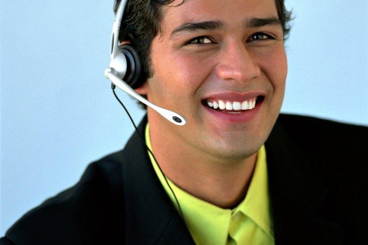 Un telemarketer hace llamadas salientes a los clientes potenciales para vender productos o servicios.