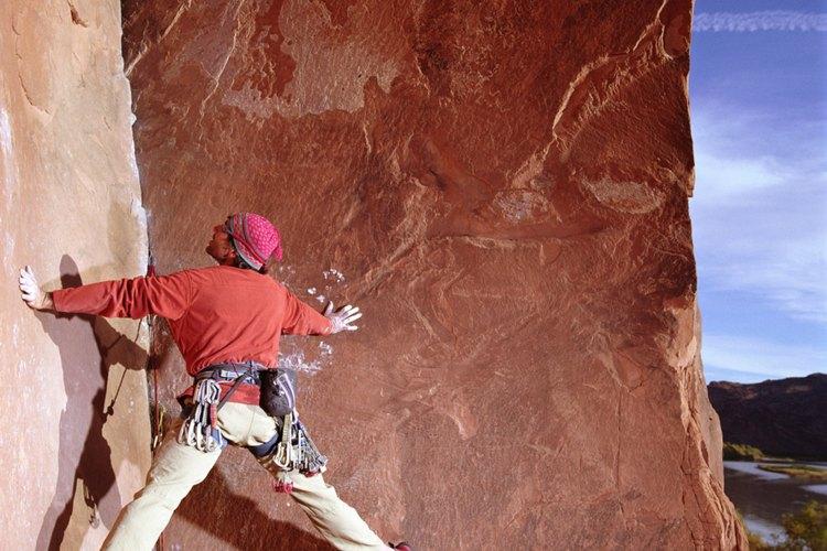 Usa pantalones resistentes y elásticos para escalar varios largos todo el día.