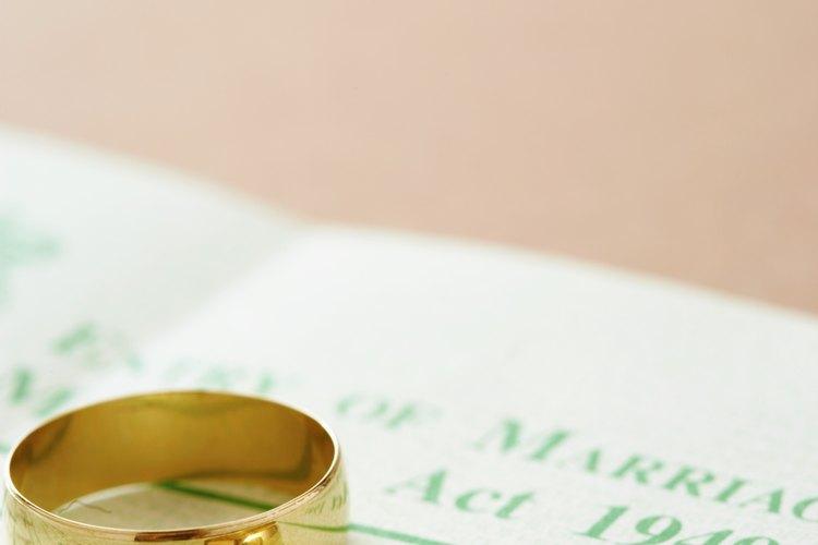 El oro de 18 quilates puede marcarse de diferentes maneras.