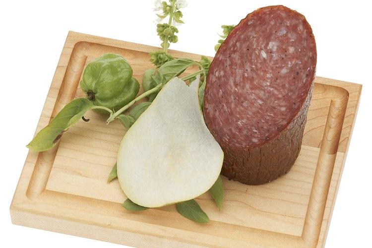 El salame a menudo está cubierto por un moho que es seguro para consumir.