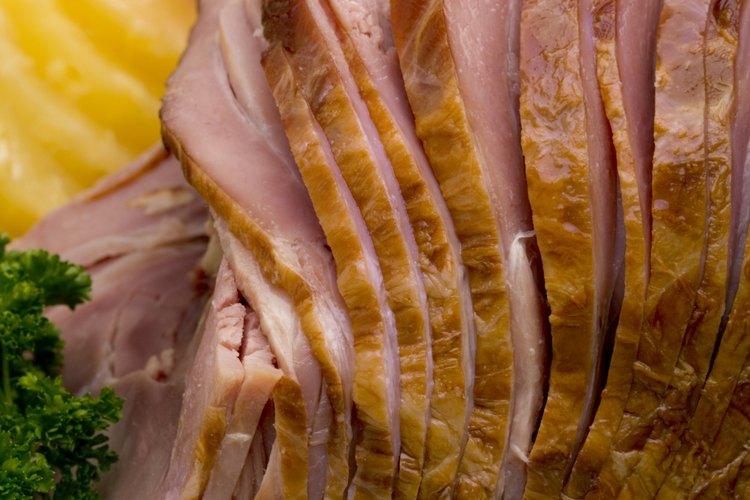 Prepara un jamón cortado en espiral con glaseado.