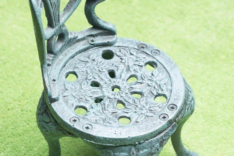 Puedes restaurar tus hermosas sillas de hierro a su belleza original.