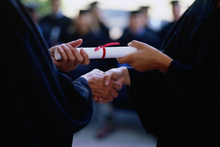 Estudiante recibiendo un diploma.