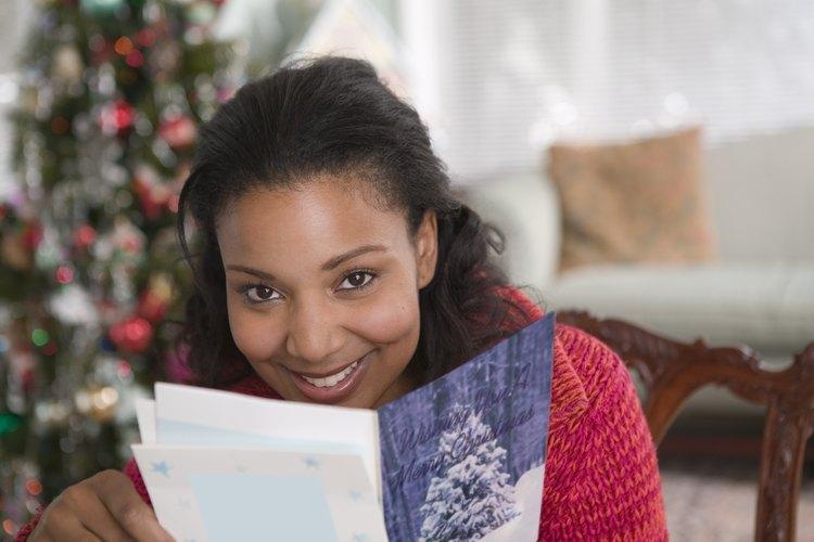 Regala una tarjeta de regalo dentro de una tarjeta de navidad elegida especialmente para ella.