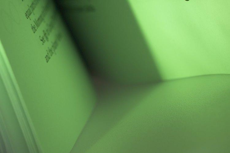 Páginas de un libro comprenden moléculas que tienen átomos con protones cargados positivamente.
