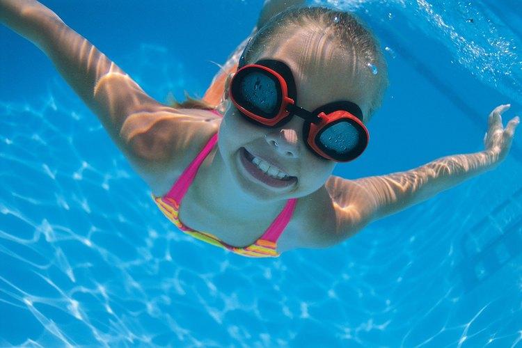 Las piscinas públicas son opciones de entretenimiento baratas para niños.