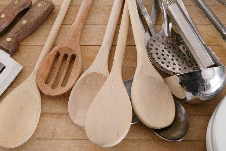 Mezcla el endurecedor con una cuchara de madera.