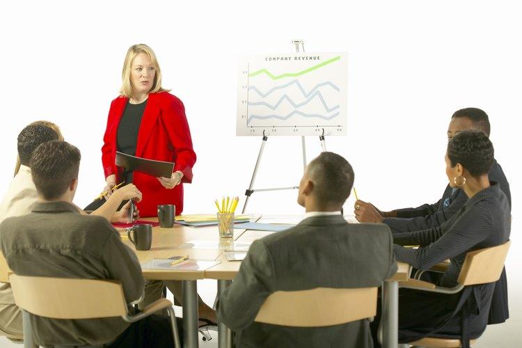 Una persona que da una presentación suele utilizar ayudas visuales para demostrar su punto.