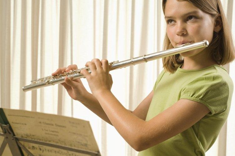 Muéstrale a los niños cómo sostener la flauta correctamente al estar de pie y sentados.