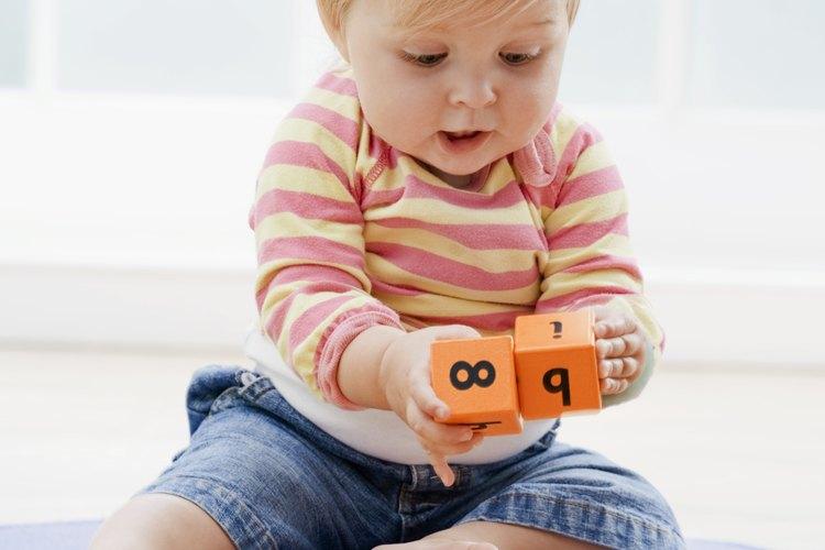 Dejar que tu hijo esté descalzo dentro de tu casa mejore su balance para sus primeros pasos.