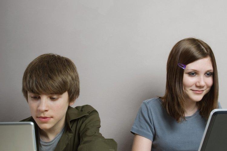 Los adolescentes utilizan Internet para mirar videos, escuchar música y buscar información.