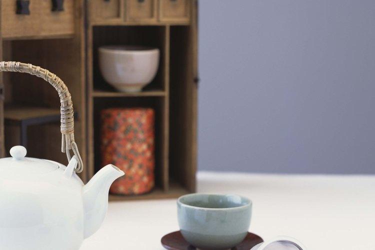 El té verde se mezcla con cultivos de kombucha para preparar el té.