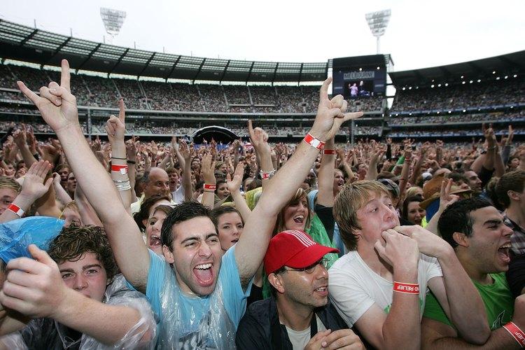 Una multitud en un concierto en un estadio al aire libre.