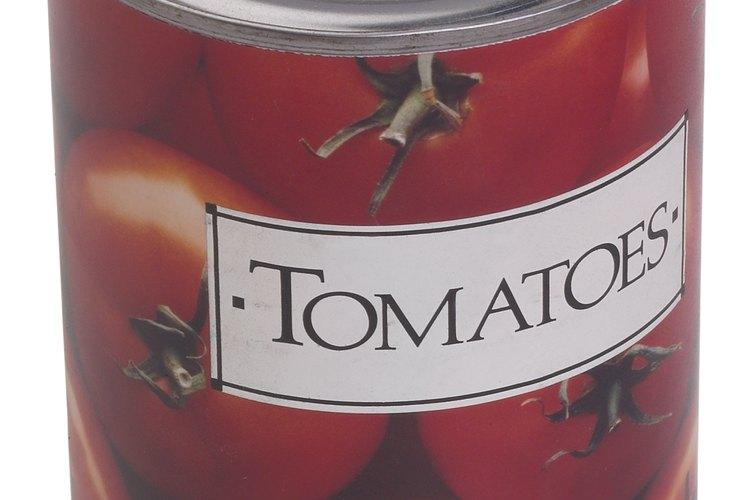Es aceptable usar tomates en lata en lugar de usarlos frescos en varias recetas.