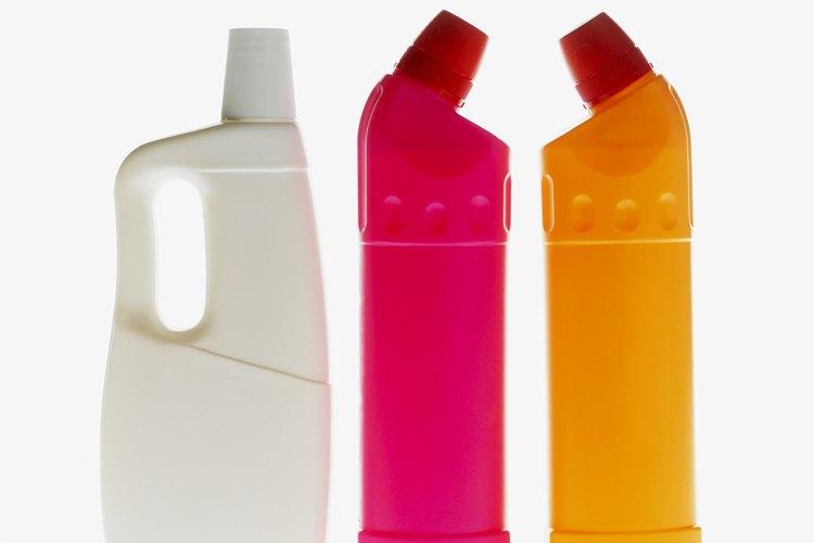 Añade dos o tres gotas de detergente líquido para platos a la lejía.