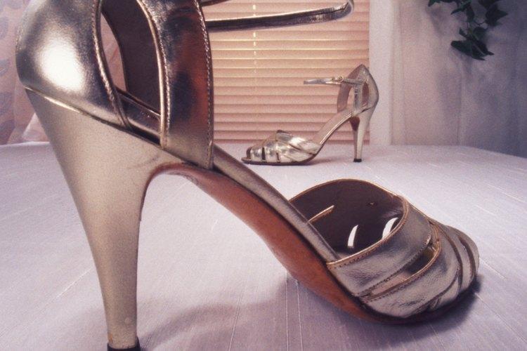Mantén tus zapatos glamurosos con esmalte para uñas.