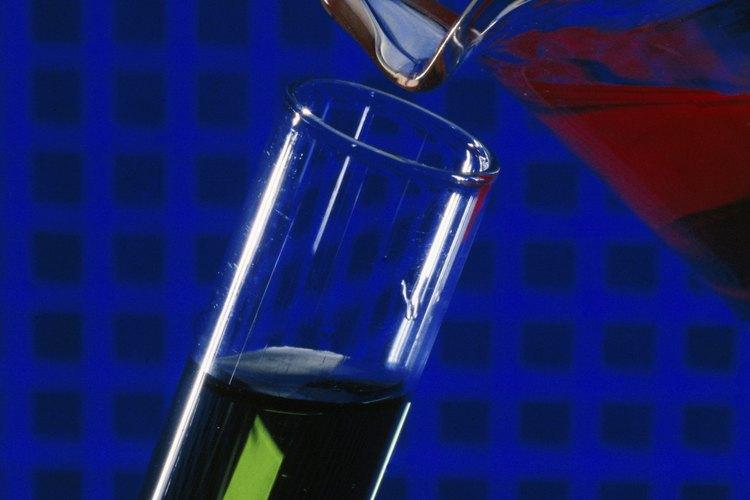 Un cilindro graduado permite una medida precisa al mezclar líquidos.