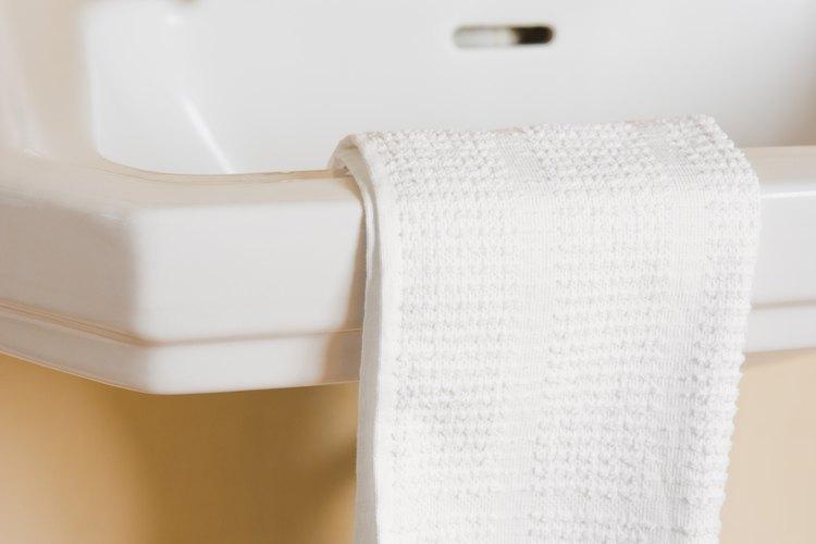 La mayor parte de tu limpieza se puede hacer en el lavabo del baño.