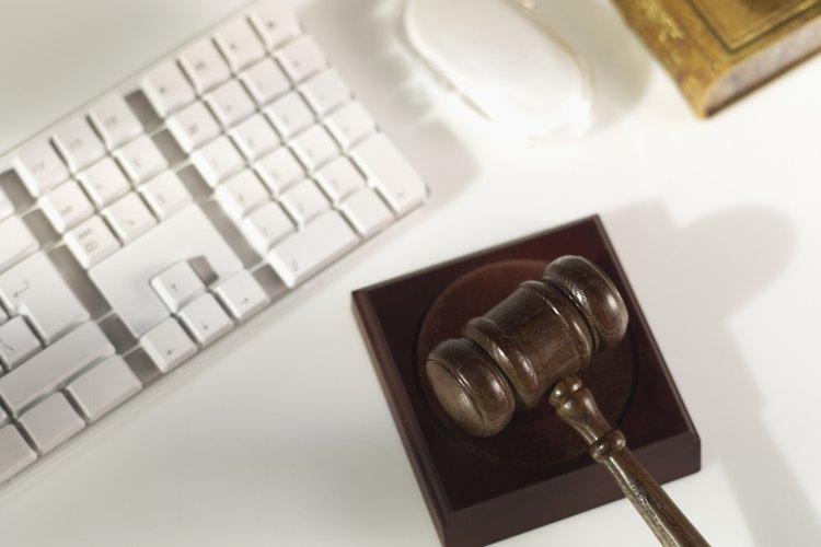 Los abogados de comunicación y medios manejan casos de propiedad intelectual y derechos de autor.