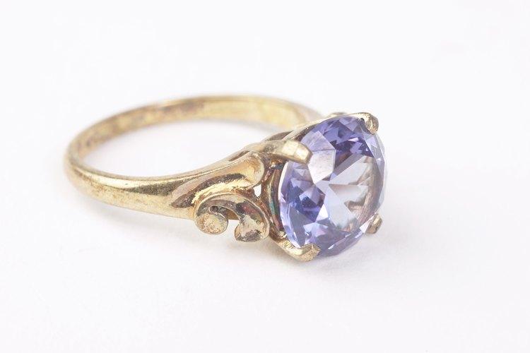 Averigua si tu anillo puede ser limpiado con seguridad con alcohol frotador.
