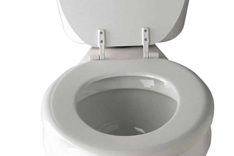 Afloja la tuerca de conexión entre el conjunto de la válvula de agua y la línea de agua del inodoro con una llave.