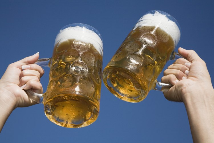 En la variedad está el gusto, haz que prueben otros tipos de cerveza que tal vez les guste más quela que acostumbran.