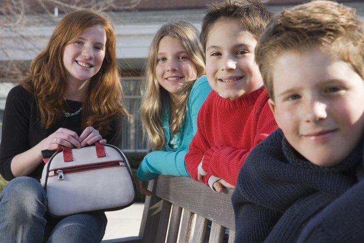 Los adolescentes pueden pasarla bien al hacer bolsos para que hagan juego con sus trajes favoritos.