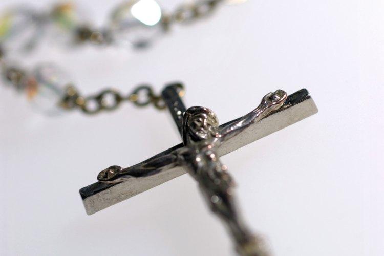 Sigue el procedimiento apropiado para deshacerte de tu rosario roto respetuosamente.