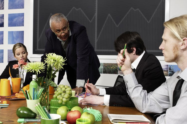 Los especialistas en relaciones laborales son responsables de manejar los asuntos relacionados con cuestiones laborales.
