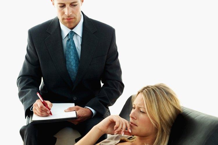 Los psicólogos clínicos diagnostican y tratan a pacientes con desórdenes mentales y problemas personales.