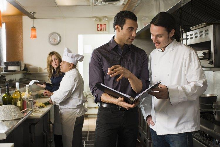Personal de cocina trabajando en equipo en un restaurante.