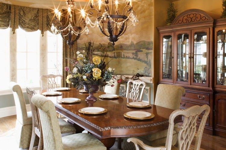 Esta habitación muestra un amplio espacio libre detrás de las sillas para servir a los invitados.