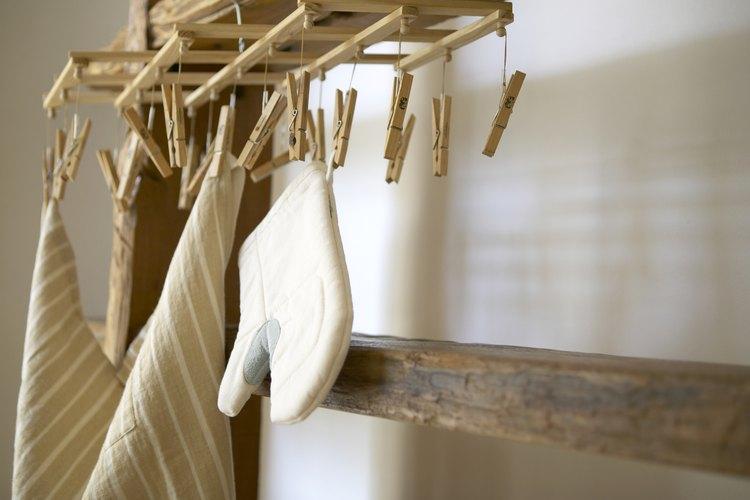 Una toalla libre de lino seca el frasco sin dejar pelusas.