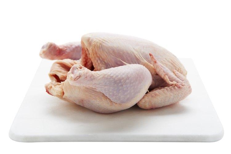 Puedes cocinar el pollo deshuesado o entero.