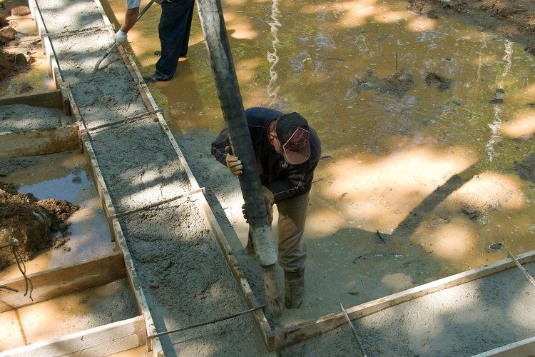 El hormigón premoldeado usa moldes similares a estos en la fábrica, donde se vierte, se seca y se pureba antes de ser enviado al sitio de la construcción.