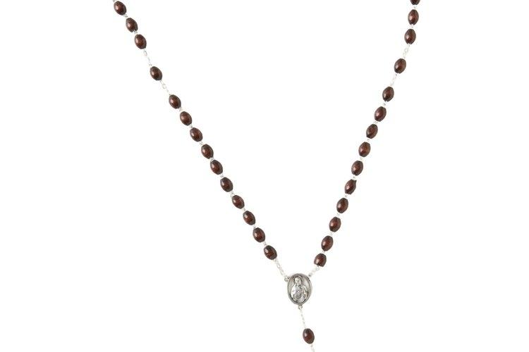 Un conjunto de 59 cuentas les ayudan a los católicos a marcar su progreso mientras rezan el rosario.