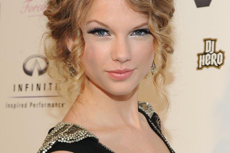 Taylor Swift lleva su pelo en un chignon rizado en el lanzamiento de VEVO.