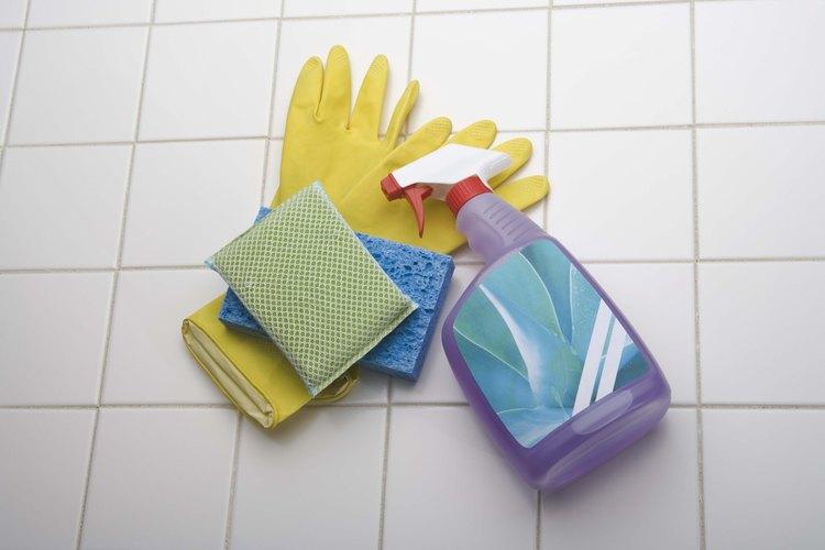 El cloro y el amoniaco son sustancias químicas comunes de la casa que nunca se deben mezclar entre sí.