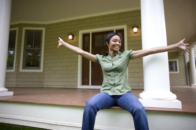 Cubrir columnas blancas simples puede agregar belleza y valor a tu casa.