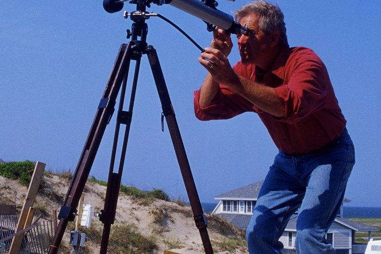 Los astrónomos estudian las estrellas y el espacio.