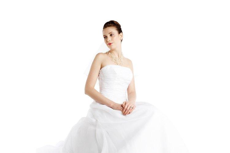 Puedes acortar un vestido sin dobladillo. Esta es una buena opción para mujeres que piden prestado un vestido para alguna ocasión.