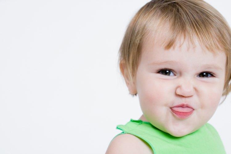 Los niños pequeños necesitan aprender la diferencia entre acusar y conversar con un adulto por razones de seguridad.