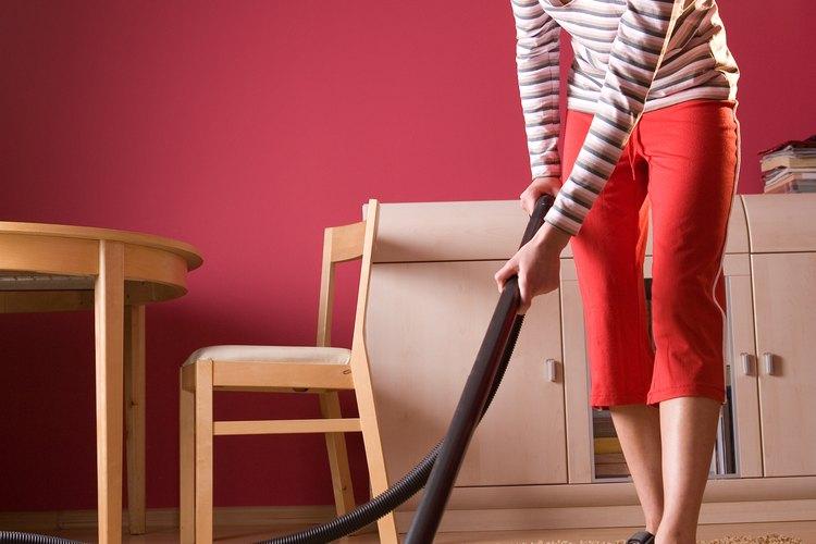 Usa una máquina de cepillado para trabajar profundo el limpiador solvente en las fibras de la alfombra.