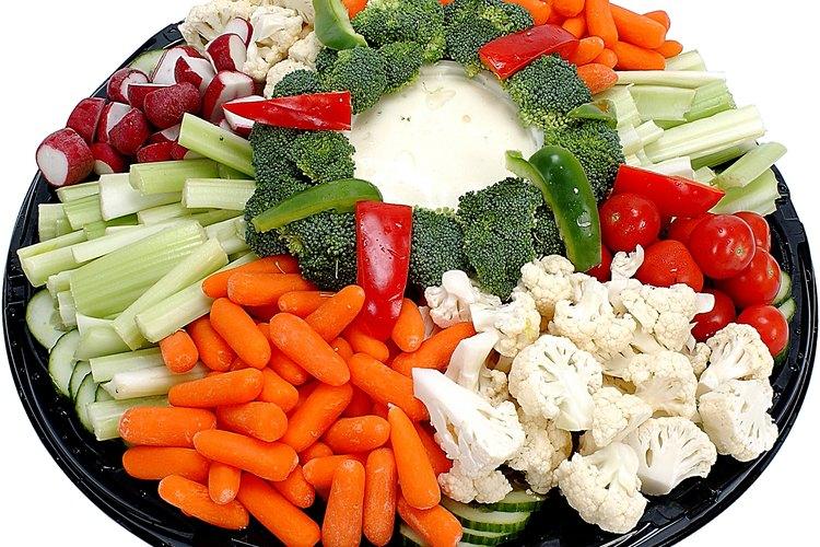Adicionalmente a las ensaladas, el aderezo ranch es usado como una salsa dip para vegetales.