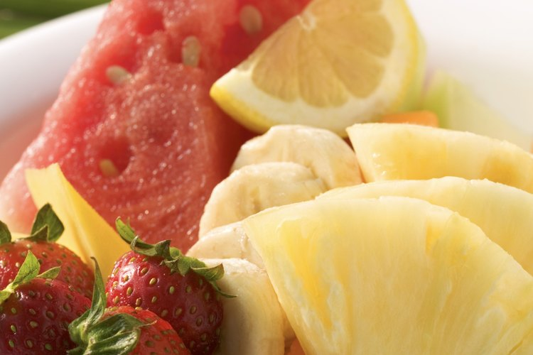 Utiliza fruta fresca como adorno de tu Bahama Mama.