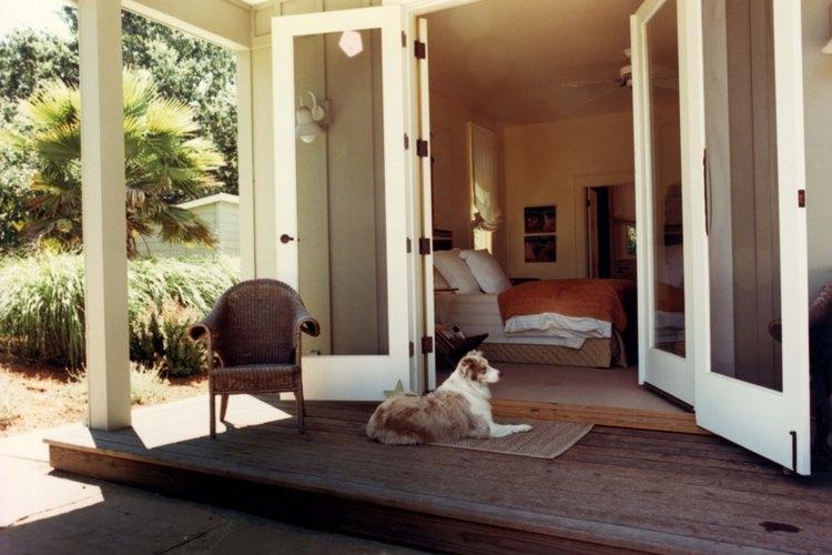La construcción de un porche en una casa tipo rancho puede proporcionar un look personalizado.