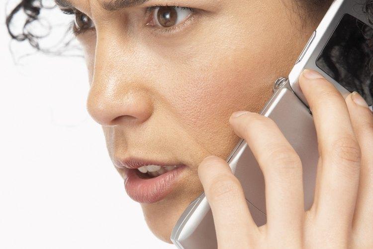 Ella puede acosarte llamándote y colgando, dejándote mensajes de odio o amenazas de hacerte daño de alguna manera.